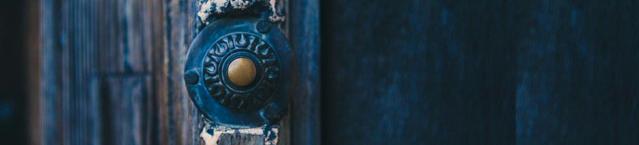 Contact. Oude blauwe deur met deurbel