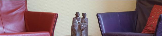 Haptotherapie-in-relaties-header-twee-lege-stoelen